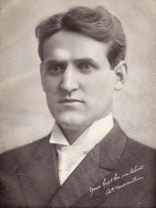 Alexander Hugh Macmillan (1877–1966), important member of the Bible Students, and later, of Jehovah's Witnesses. Board member of the Watch Tower Bible and Tract Society (1918-). Presented a history of the religious movement in his book Faith on the March, published in 1957. - Alexander Hugh Macmillan (1877-1966), belangrijk lid van de Bijbel Studenten, en later, van Jehovah's Getuigen. Bestuurslid van de Watch Tower Bible en Tract Society (1918-). Presenteerde een geschiedenis van de religieuze beweging in zijn boek Faith on the March, gepubliceerd in 1957.